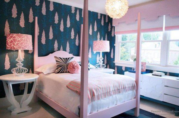 синие обои с цветочным принтом в комнате девочки