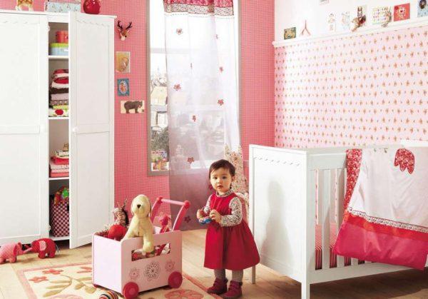 два вида розовых обоев в комнате девочки