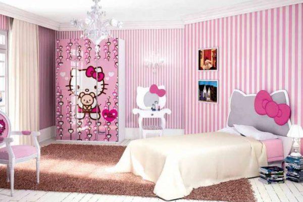 обои с вертикальными полосами в комнате девочки