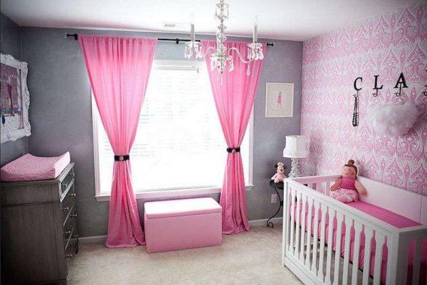 серые и розовые обои в комнате девочки