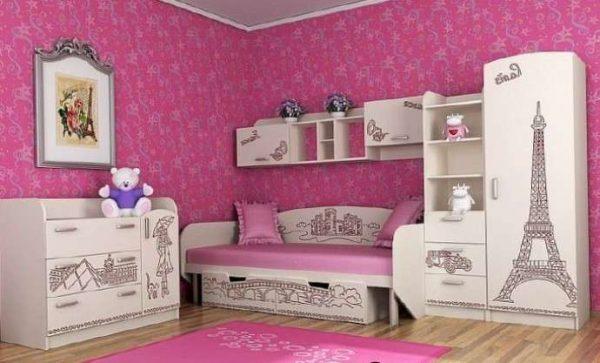 розовые обои Париж в комнате девочки