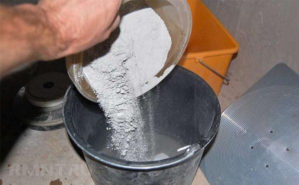 замешиваем плиточный клей