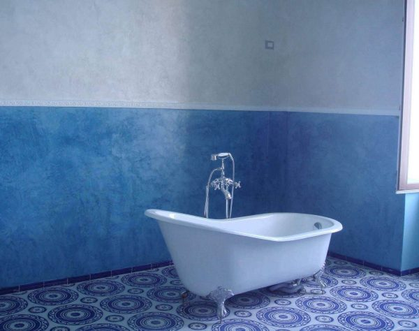 синие крашенные стены в ванной