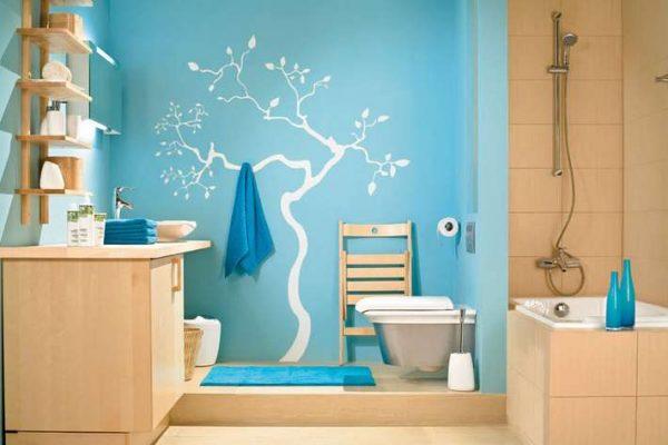 интерьер ванной комнаты с рисунком на стене