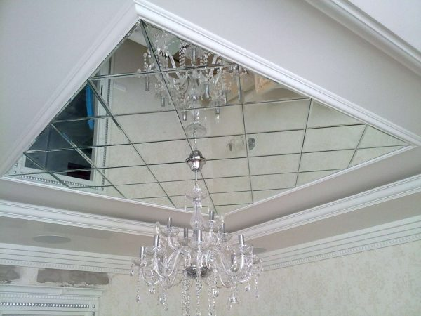 зеркальные потолки в ванной классика