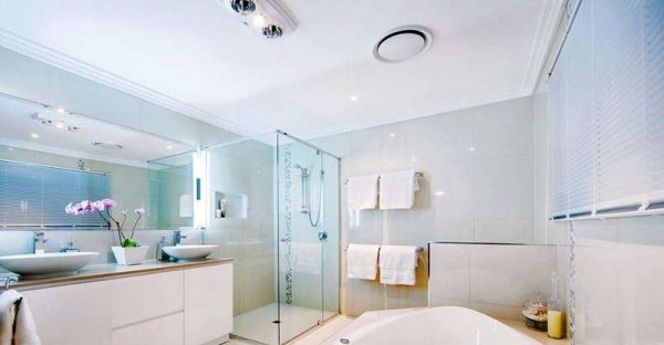 белый потолок в интерьере ванной комнаты