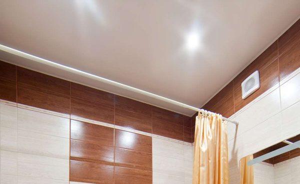 матовый потолок в интерьере ванной комнаты