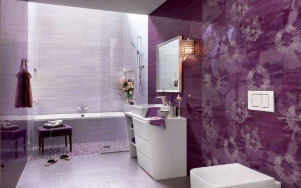 фиолетовый в интерьере ванной комнаты с плиткой