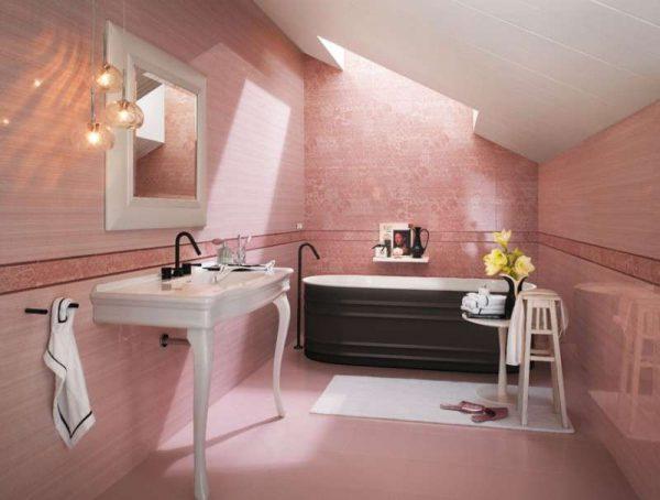 розовый в интерьере ванной с плиткой