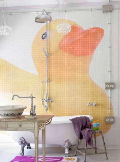 яркое панно из плитки в ванной