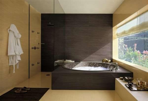 интерьер ванной комнаты с окном
