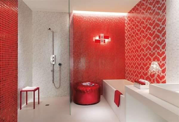 красная мозаика в ванной комнате