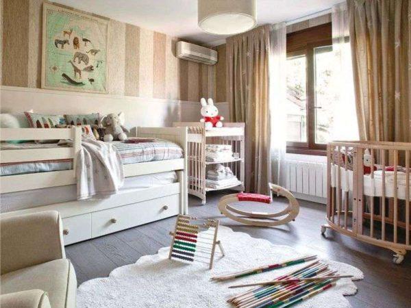 прямые коричневые шторы в интерьере детской комнаты мальчика
