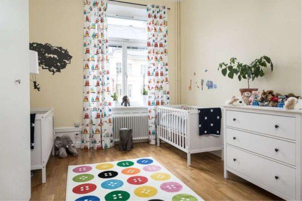 белые с рисунками шторы в комнате мальчика