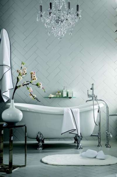 белый монохром в ванной комнате из плиткой, уложенной по дивголнали