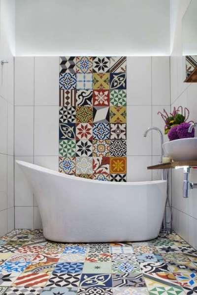 яркая плитка на белом фоне в ванной