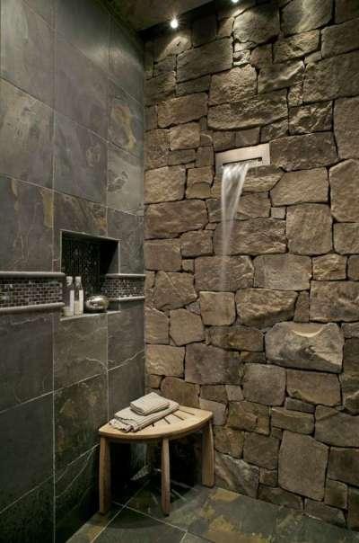 современная ванная комната со стеной из камня