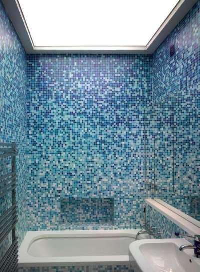 современная ванная комната с мозаикой на стене