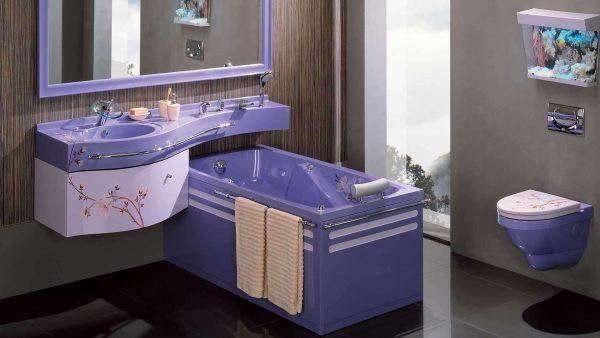 современная ванная комната с фиолетовой сантехникой