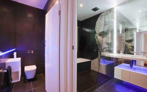 современная ванная комната с подсветкой