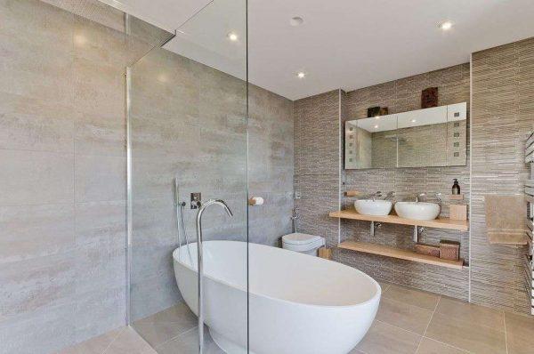 современный интерьер ванной комнаты с овальной ванной