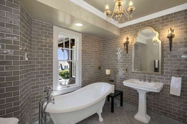 интерьер ванной комнаты с кирпичной кладкой из плитки