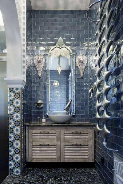 интерьер ванной комнаты с декоративной плиткой