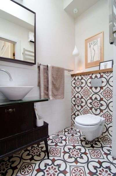 интерьер ванной комнаты с кафелем