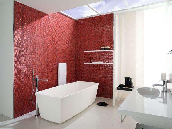 интерьер ванной комнаты с красной плиткой