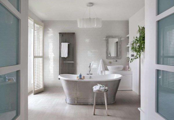 интерьер ванной комнаты с белой плиткой