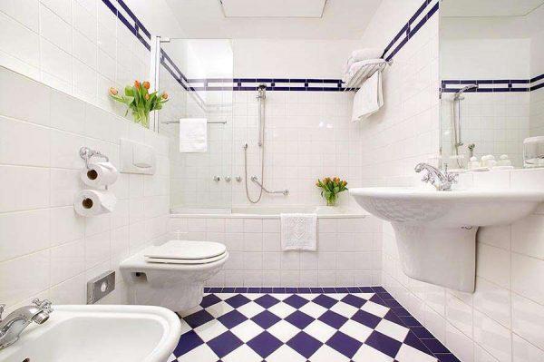 белая с синей плитка в интерьере ванной комнаты