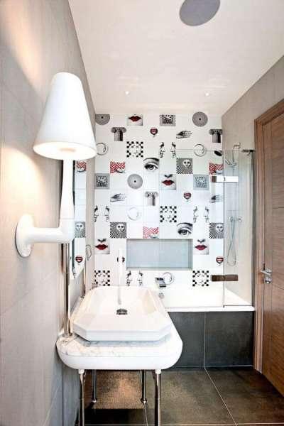 интерьер ванной комнаты с дизайнерской плиткой
