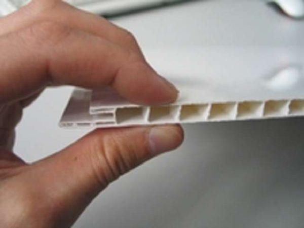 вмятина на пластиковой панели