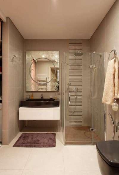 интерьер ванной комнаты с квадратной душевой кабиной