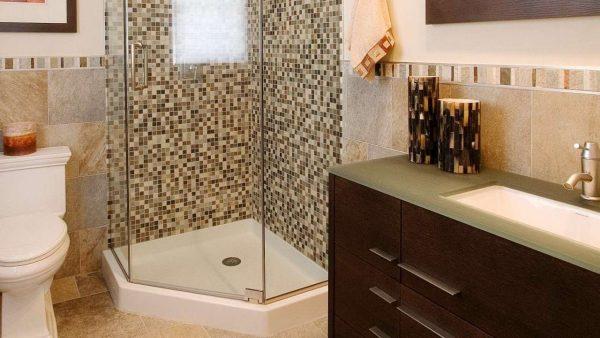 интерьер ванной комнаты с пятиугольной душевой кабиной