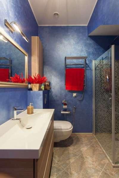 синяя ванная комната с душем