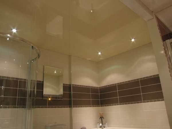 натяжной потолок в ванной с душевой кабиной