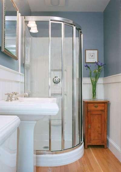 крашенные стены в ванной с душевой кабиной