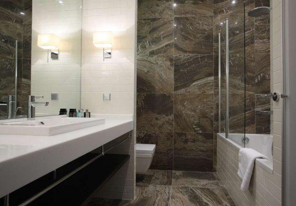натуральный камень в отделке ванной