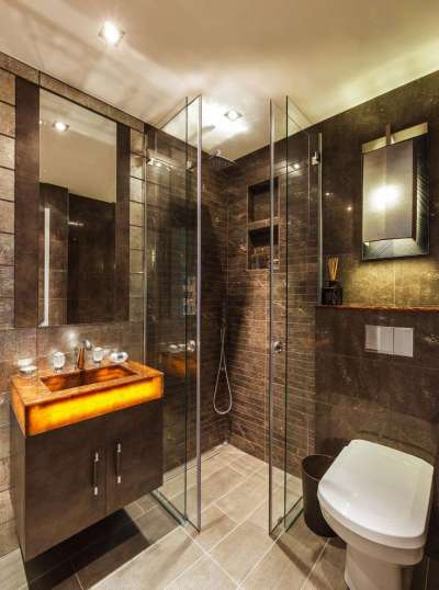 интерьер ванной комнаты с угловой душевой кабиной