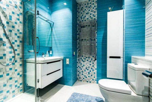 интерьер ванной комнаты с душевой кабиной с дверями из стекла