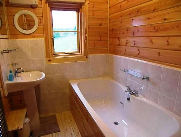 плитка в ванной комнате в деревянном доме