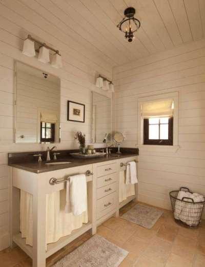 белая ванная в деревянном доме