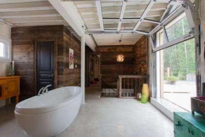 огромное окно в ванной комнате в деревянном доме