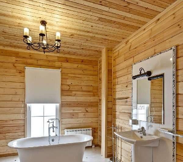 ванна у окна в деревянном доме