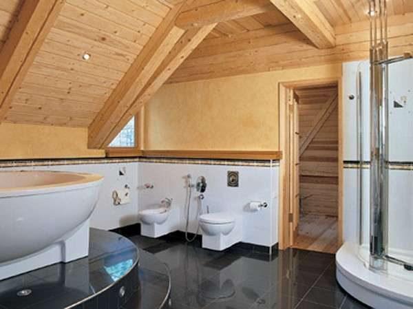 интерьер ванной комнаты с плиткой на полу