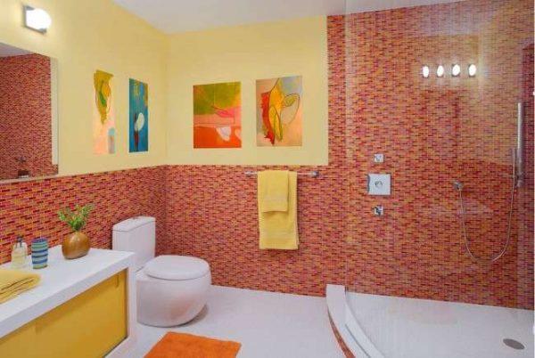 интерьер маленькой ванной с туалетом в ярких тонах