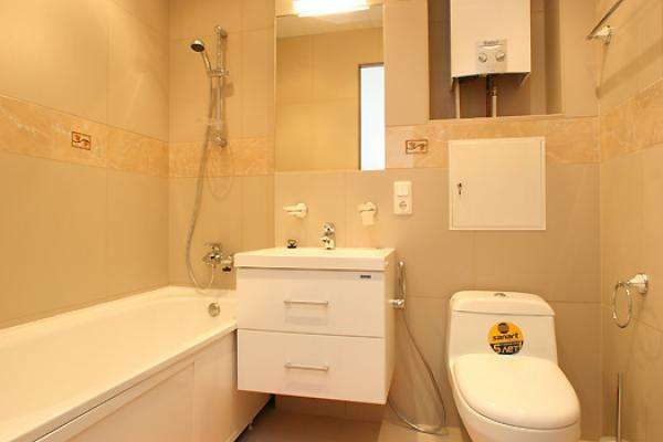 дизайн бежевой маленькой ванной с туалетом