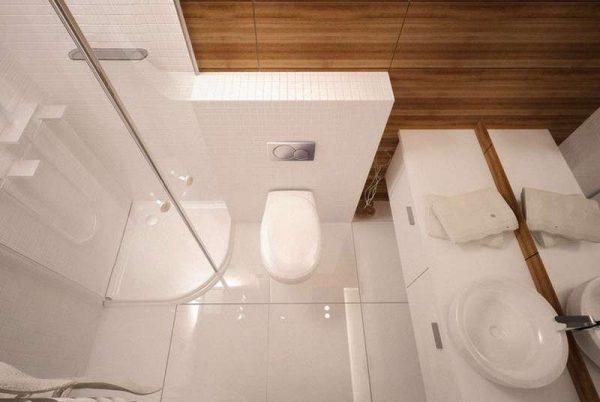 интерьер маленькой комнаты с туалетом и душем