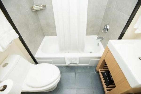 интерьер маленькой ванной с туалетом